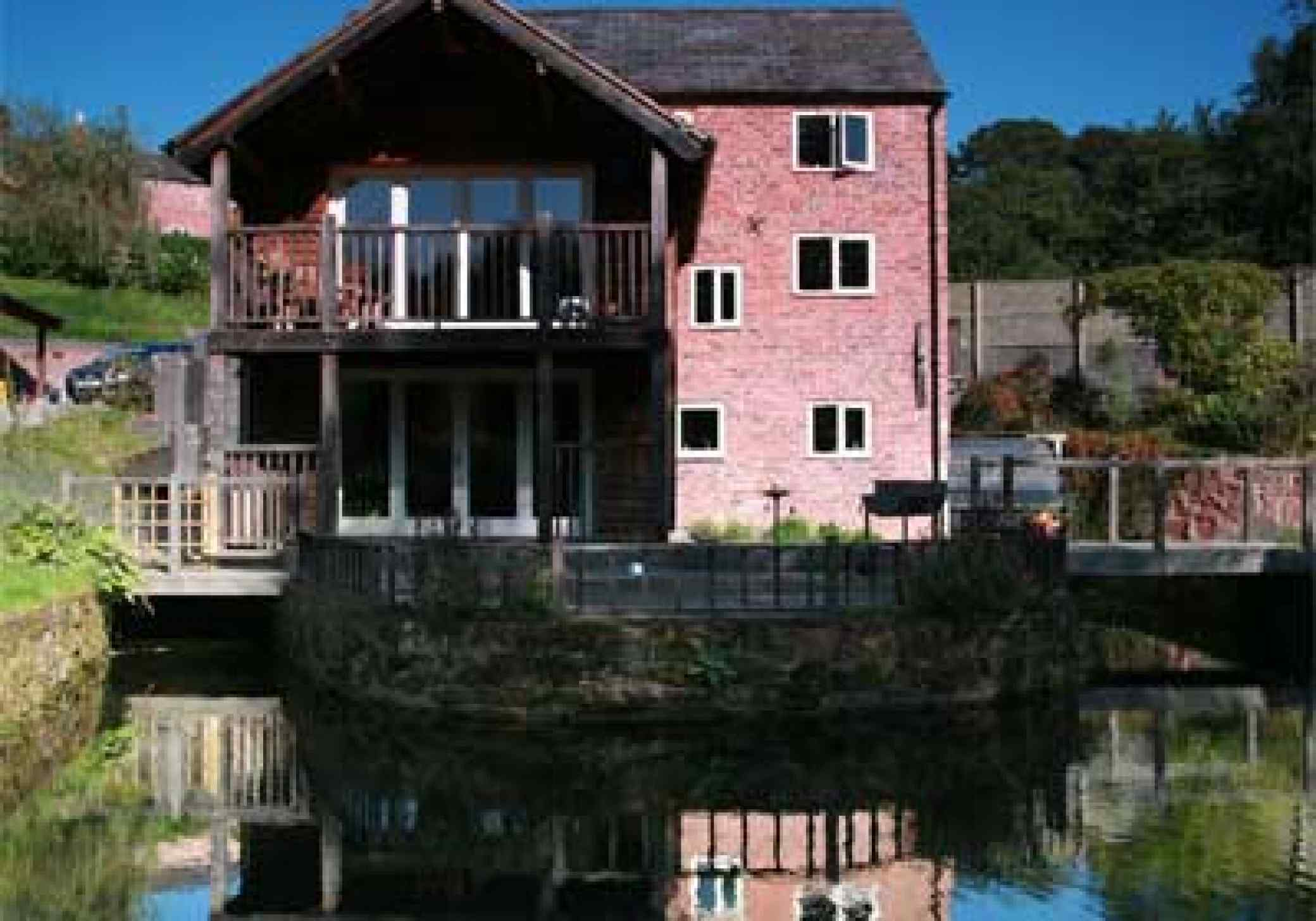Oldcastle Mill, Malpas, Cheshire - Lake view